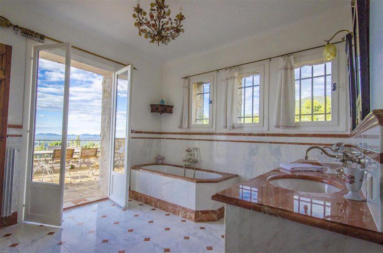 Villa La Bastide des Virettes master bathroom