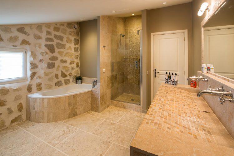 Villa Menuse master bathroom