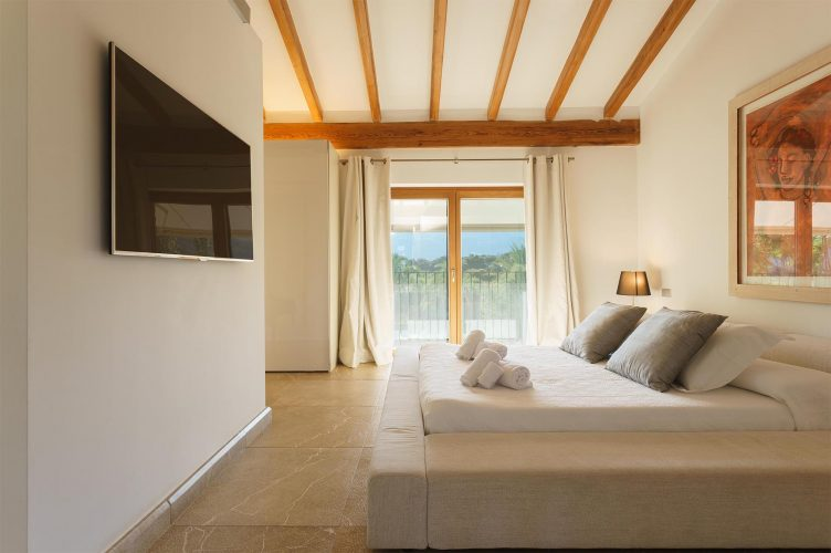 Villa Llenaire master bedroom