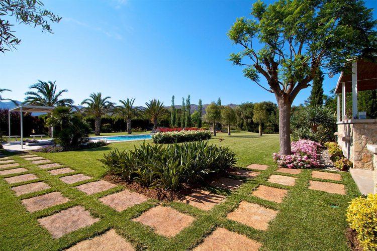 Villa Llenaire garden