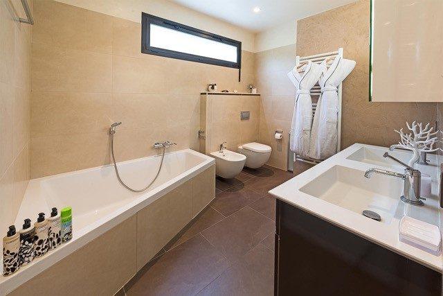 Villa Épure master bathroom