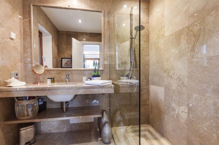 Villa Llenaire bathroom 1