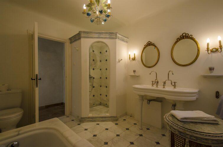 Villa La Bastide des Virettes shared bathroom